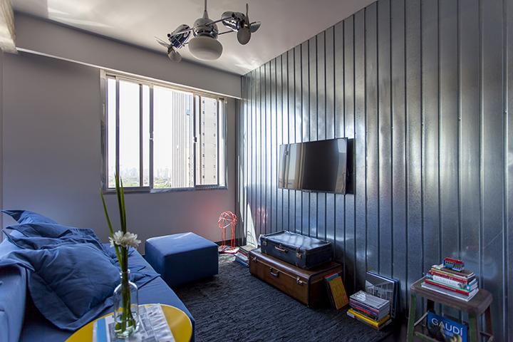 Decoração de: Sala de televisão; sofá azul; Casa de Valentina