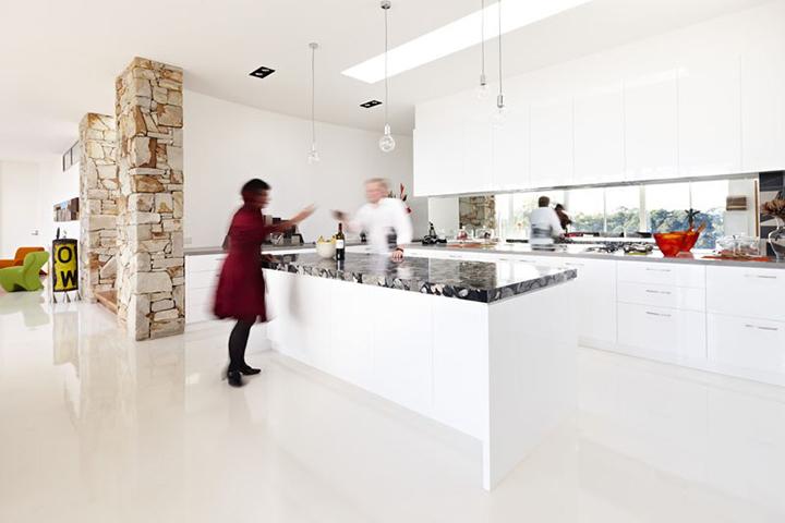 Decoração de: Cozinha integrada; piso epoxi branco; Casa de Valentina