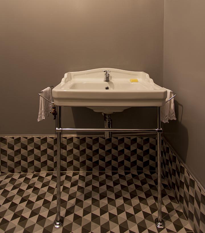 Decoração de: Banheiro; piso ladrilho hidráulico preto e branco; Casa de Valentina