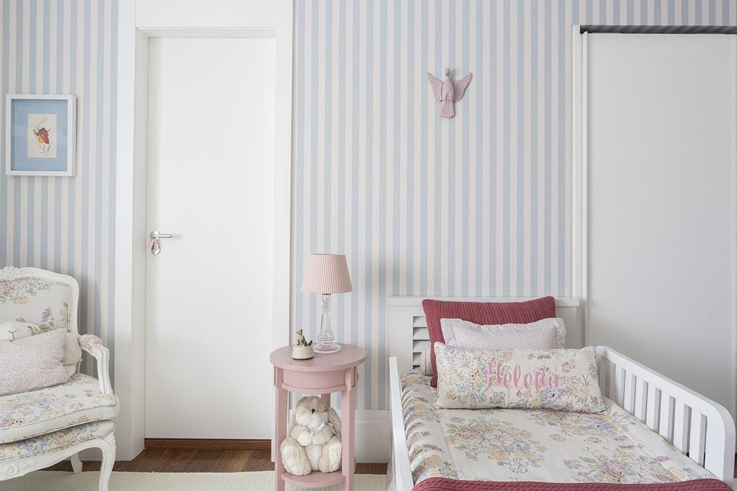 Decoração de: Quarto de criança; mesa lateral rosa; Casa de Valentina