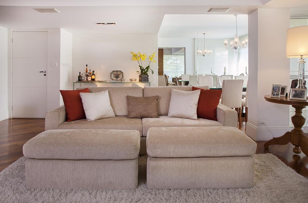 Decoração de: Detalhes; almofada texturizada vermelha; Casa de Valentina