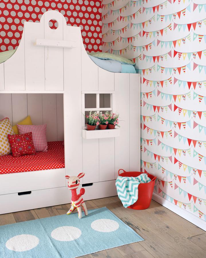 Decoração de: Detalhes; papel de parede vermelho de bolinhas; Casa de Valentina