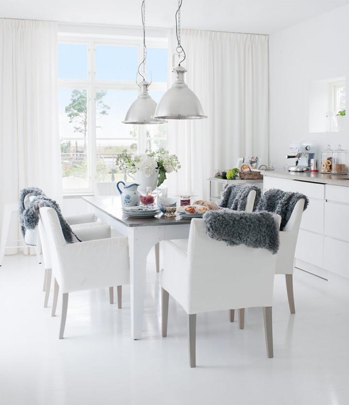 Decoração de: Sala de jantar; cadeiras estofadas brancas; Casa de Valentina