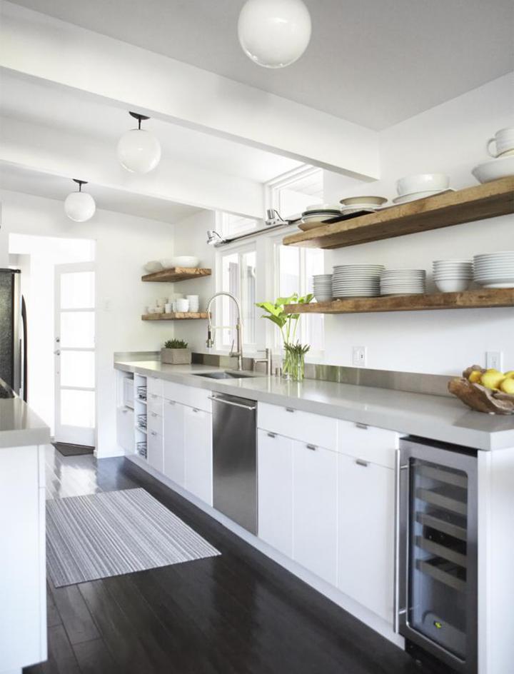 Decoração de: Cozinha; piso de madeira escura; Casa de Valentina