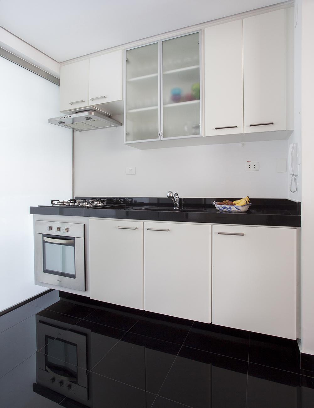 Decoração de: Cozinha integrada; piso porcelanato preto; Casa de Valentina