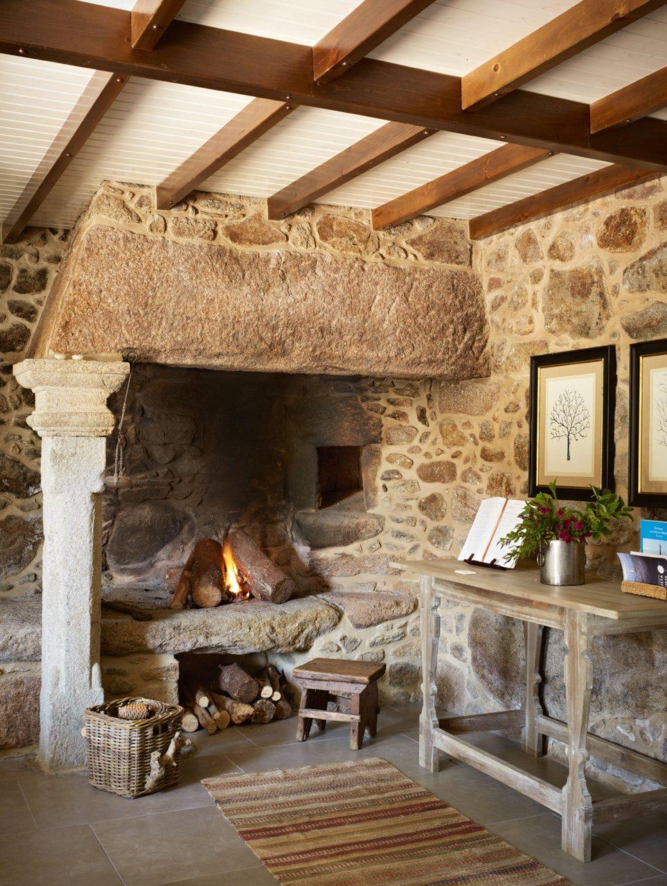 Decoração de: Detalhes; lareira de pedra; Casa de Valentina