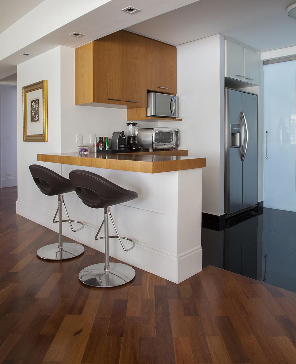 Decoração de: Cozinha integrada; banqueta com altura ajustável; Casa de Valentina