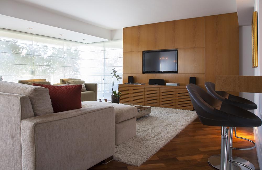 Decoração de: Sala de televisão; apinel de madeira; Casa de Valentina