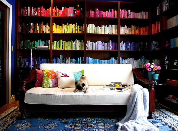 Decoração de: Biblioteca; estantes de madeira marrom; Casa de Valentina