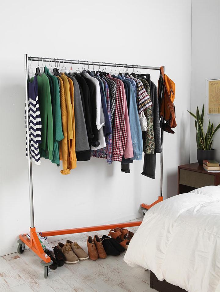 Decoração de: Detalhes; arara para roupas laranja; Casa de Valentina