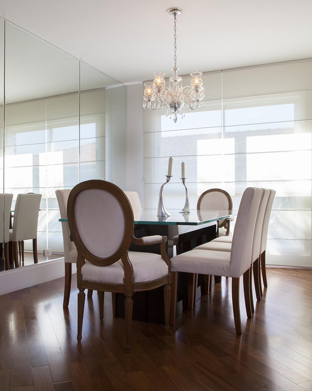 Decoração de: Sala de jantar; cadeira medalhão com estofado bege; Casa de Valentina