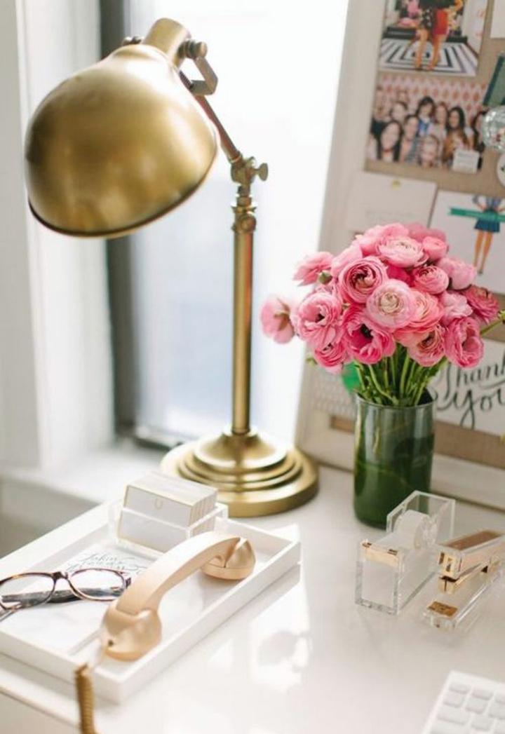 Decoração de: Detalhes; luminária articulada dourada; Casa de Valentina