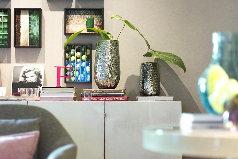 Decoração de: Detalhes; vasos metárilcos com textura; Casa de Valentina