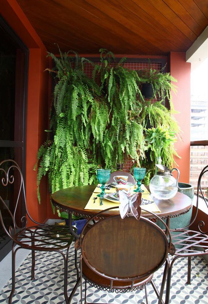 Decoração de: samambaias penduradas na treliça; Casa de Valentina