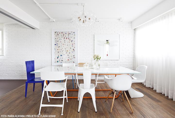 Decoração de: Sala de jantar; quadros na parede de tijolos; Casa de Valentina