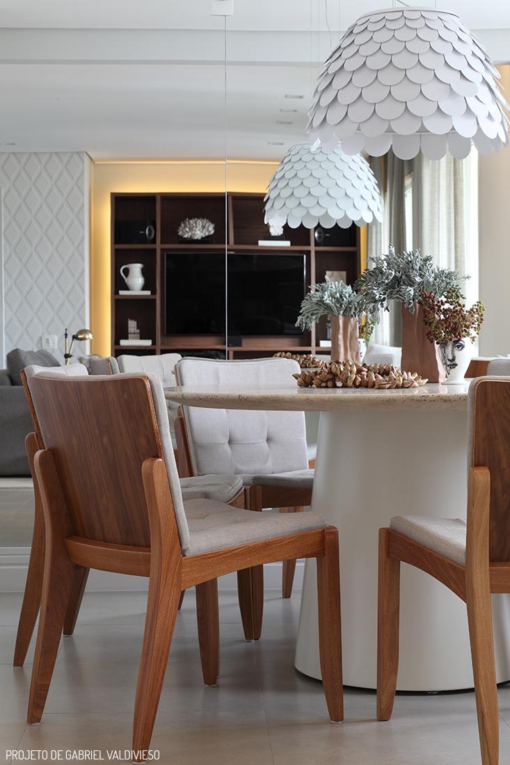 Decoração de: Sala de jantar; luminária com textura escamas; Casa de Valentina