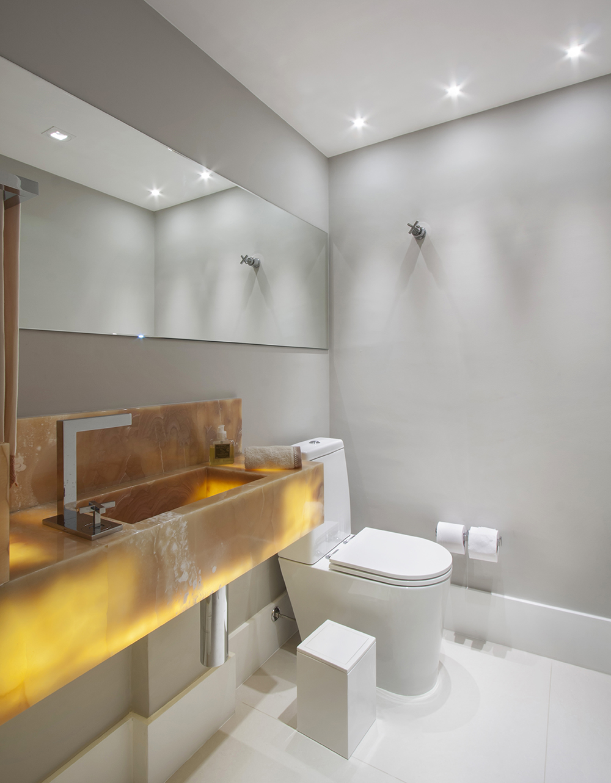 Decoração de: Lavabo; bancada com iluminação de LED; Casa de Valentina