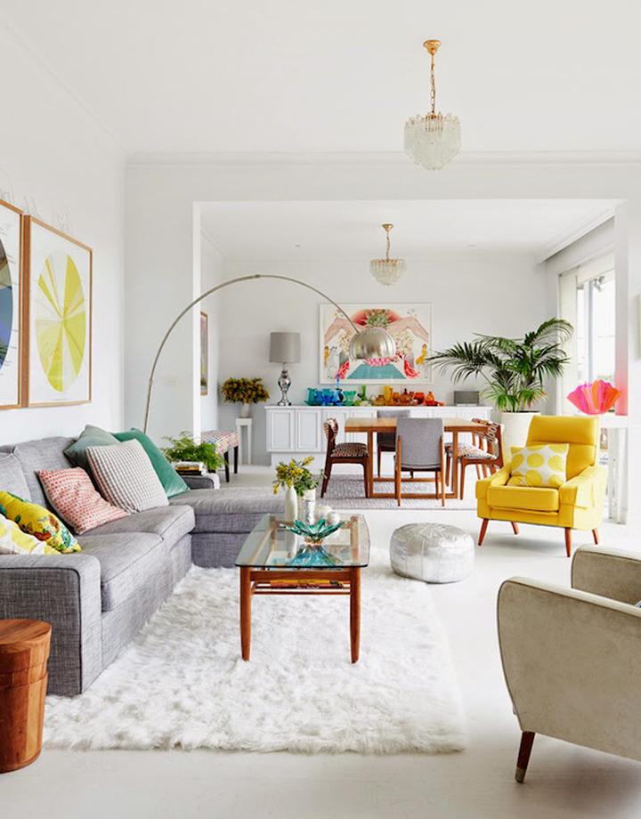 Decoração de: Sala de estar; luminária pendente dourada e cristal; Casa de Valentina
