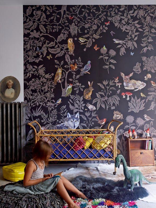 Decoração de: Quarto de criança; papel de parede com fundo escuro; Casa de Valentina