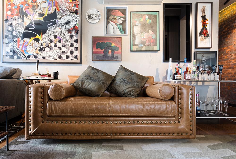 Decoração de: Detalhes; sofá de couro marrom; Casa de Valentina