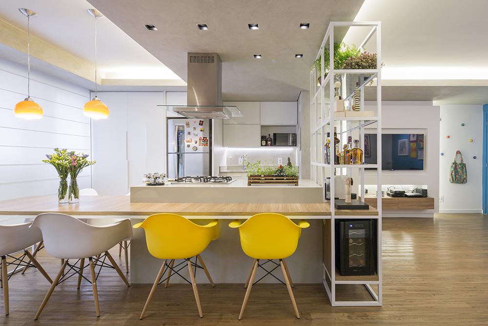 Decoração de: Cozinha integrada; cadeira Eames amarela; Casa de Valentina