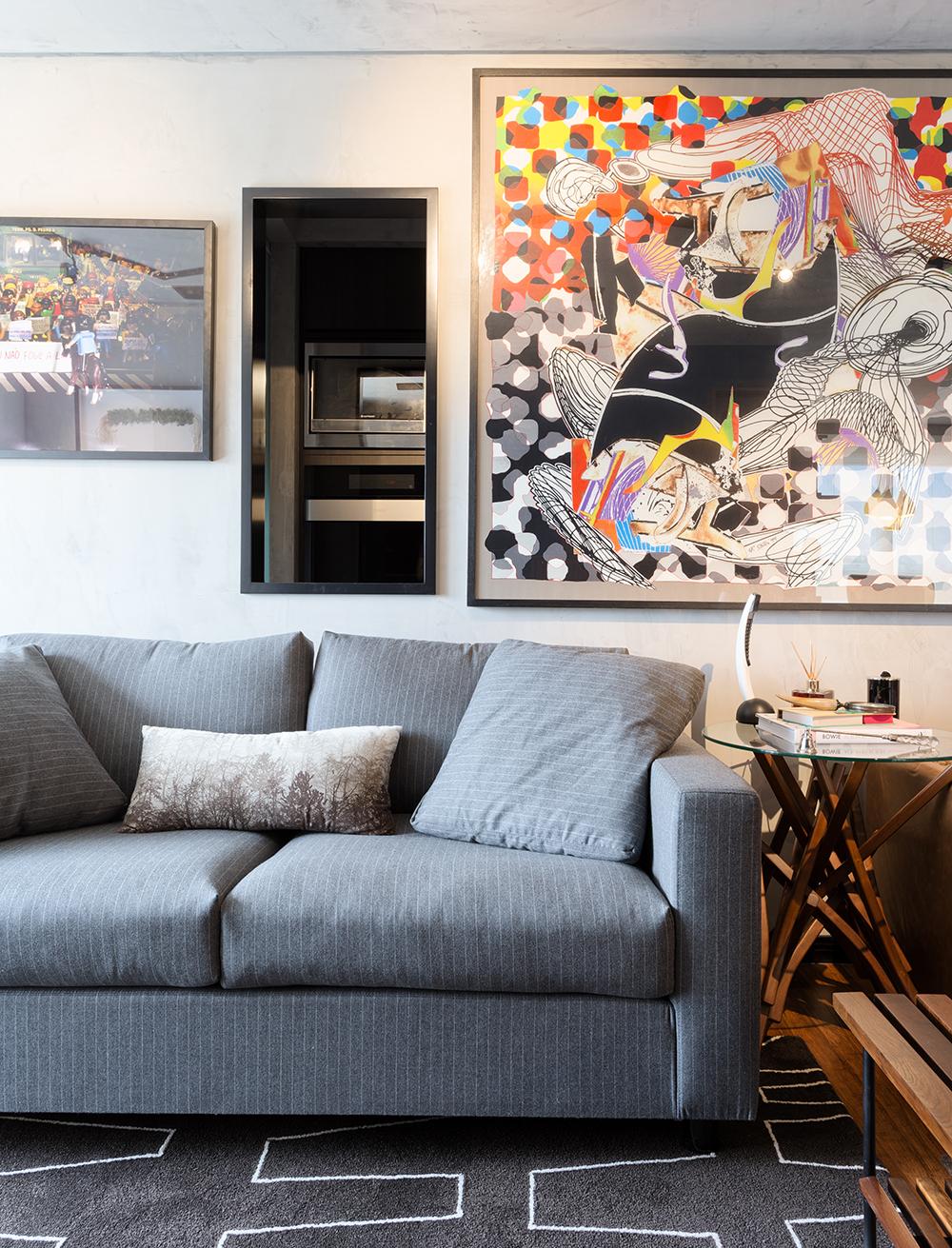Decoração de: Detalhes; sofá cinza risca de giz; Casa de Valentina