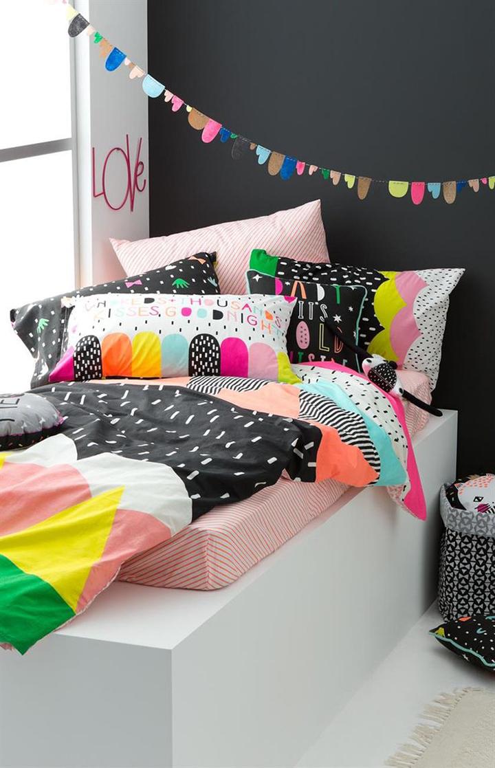 Decoração de: Detalhes; roupa de cama estampada colorida; Casa de Valentina