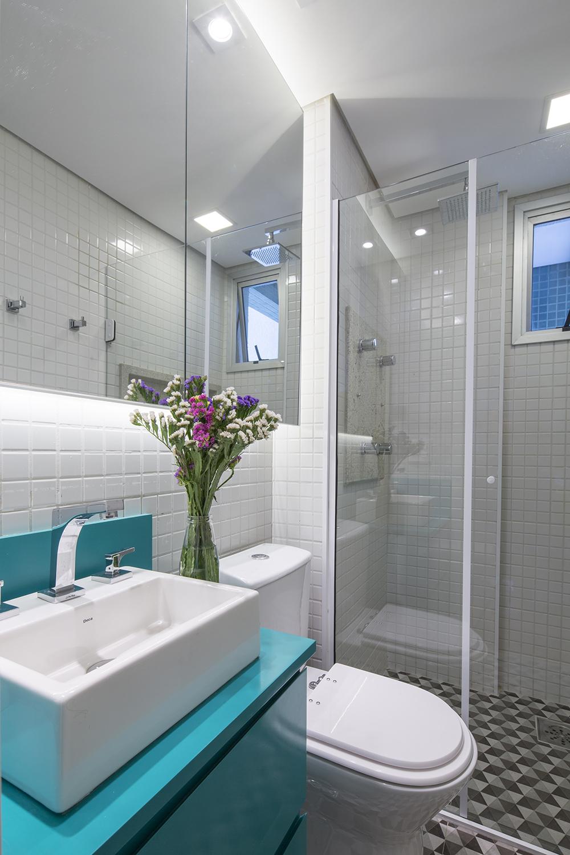 Decoração de: Banheiro; bancada azul; Casa de Valentina