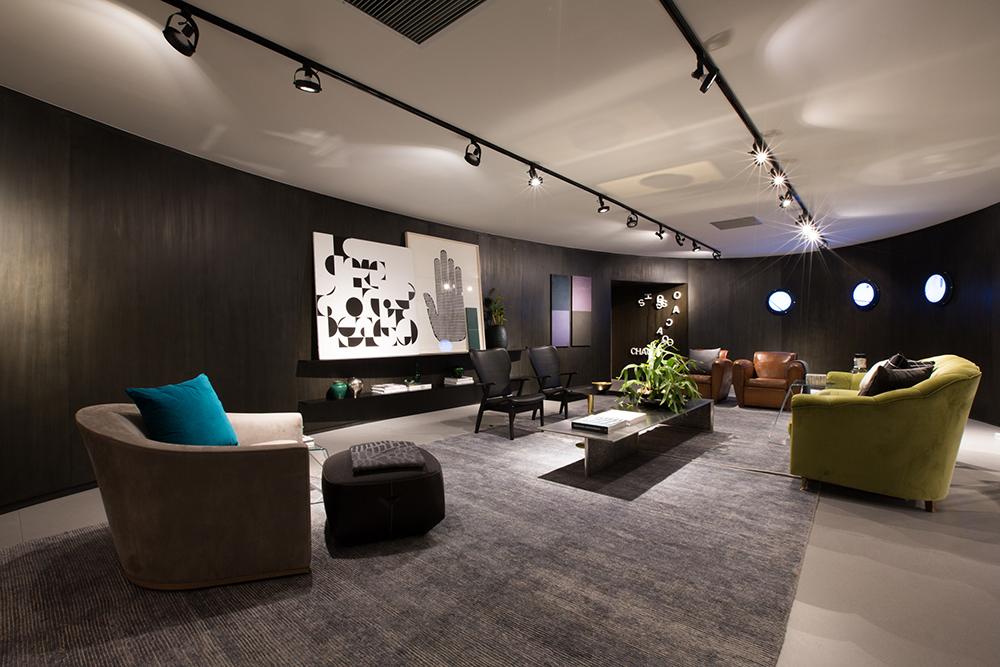 Decoração de: Sala de estar; painel preto de madeira; Casa de Valentina