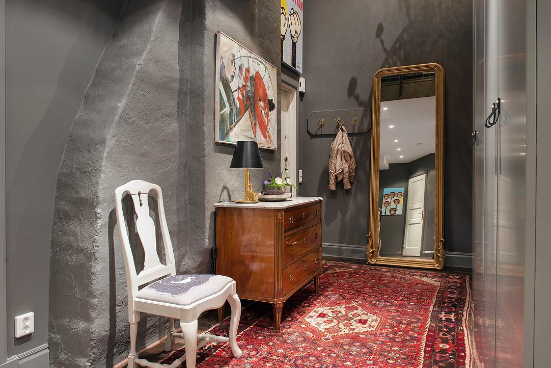 Decoração de: Corredor; espelho de parede com moldura dourada; Casa de Valentina