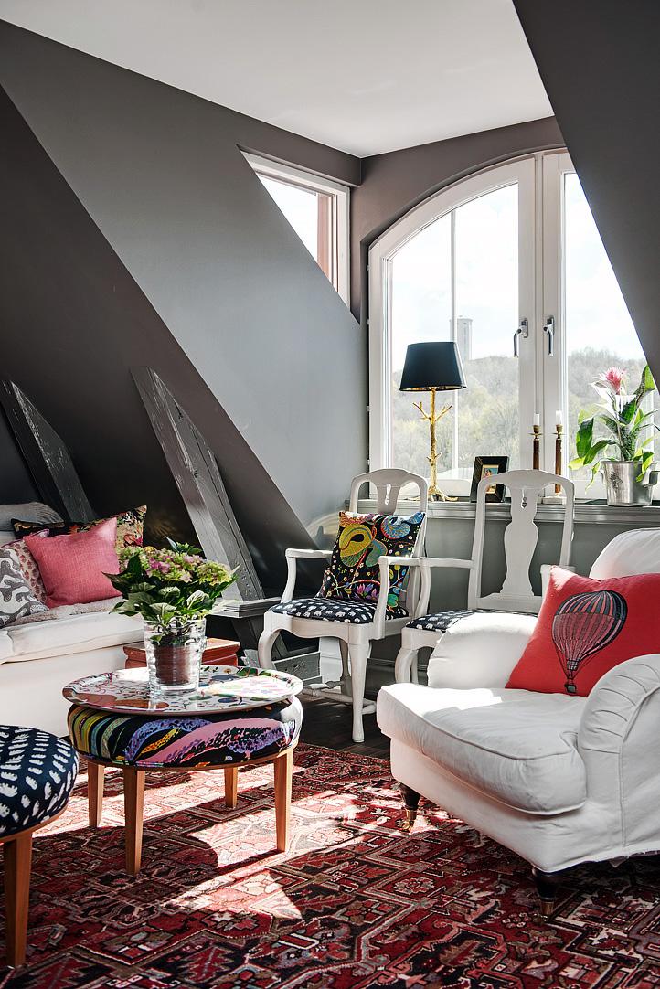Decoração de: Detalhes; almofada vermelha com estampa balão; Casa de Valentina