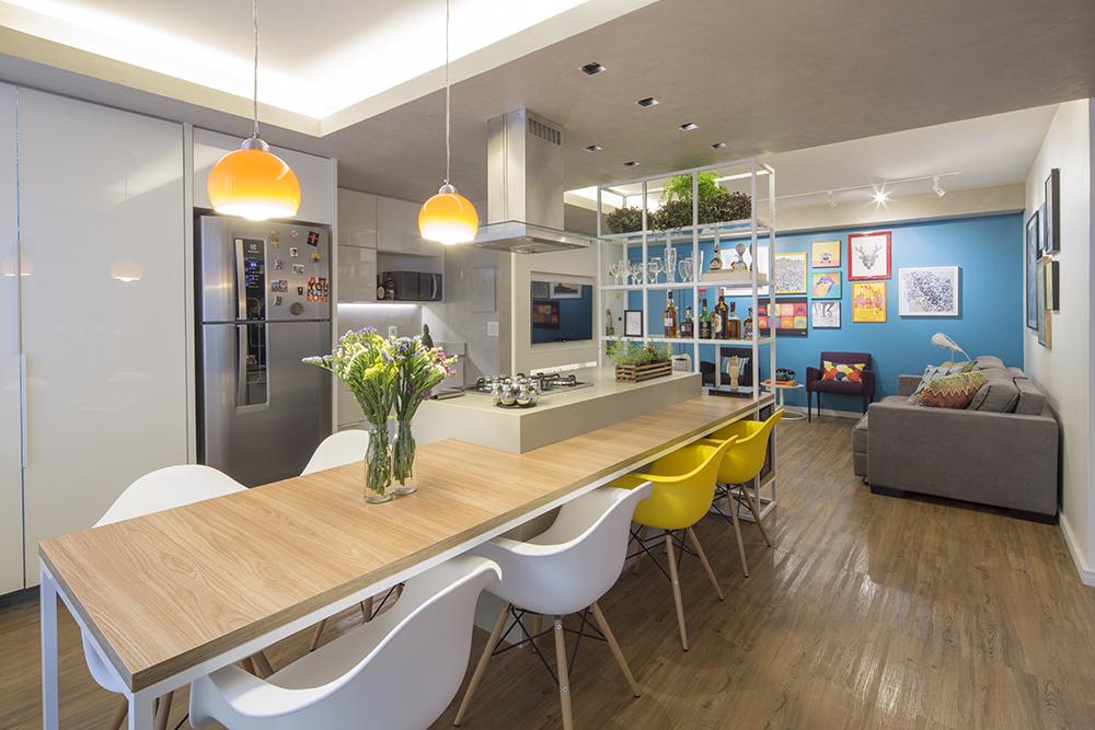 Decoração de: Cozinha integrada; luminárias pendentes amarelas; Casa de Valentina