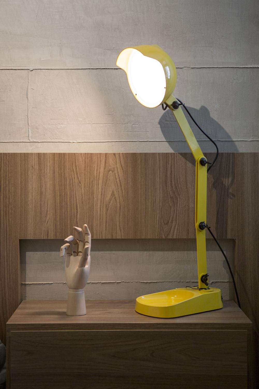 Decoração de: Detalhes; luminária articulada amarela; Casa de Valentina