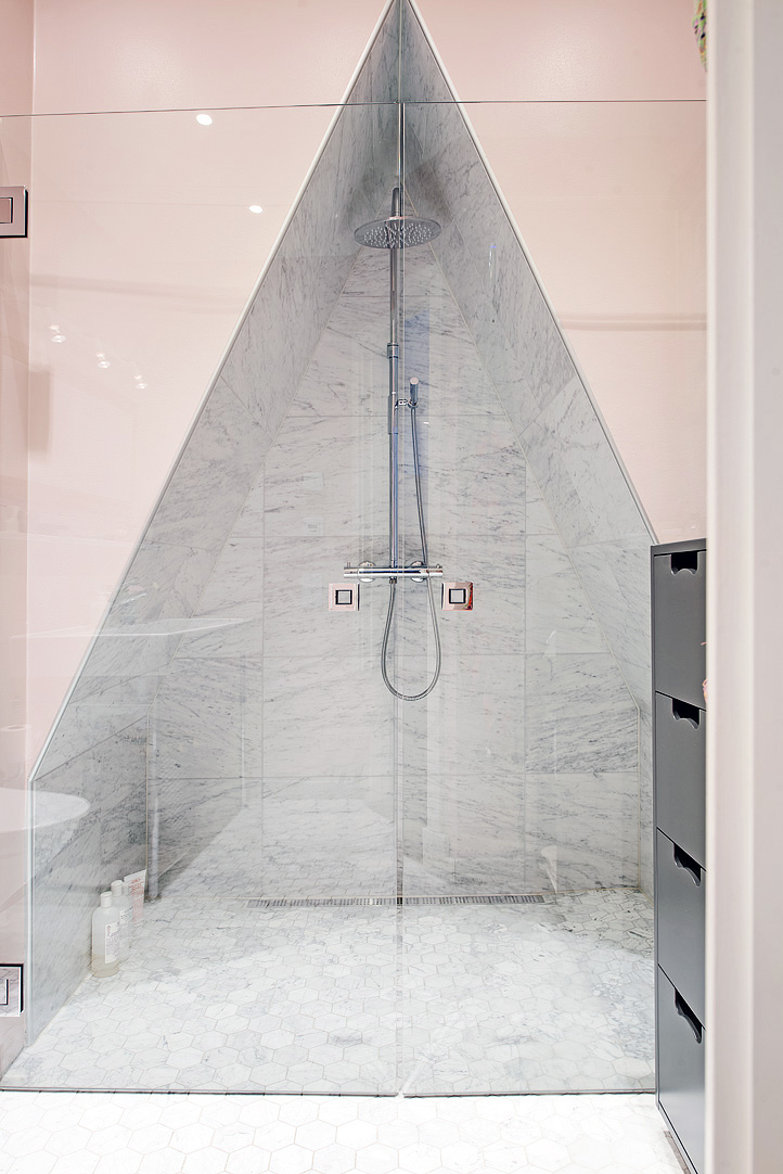 Decoração de: Banheiro; área de banho triangular; Casa de Valentina