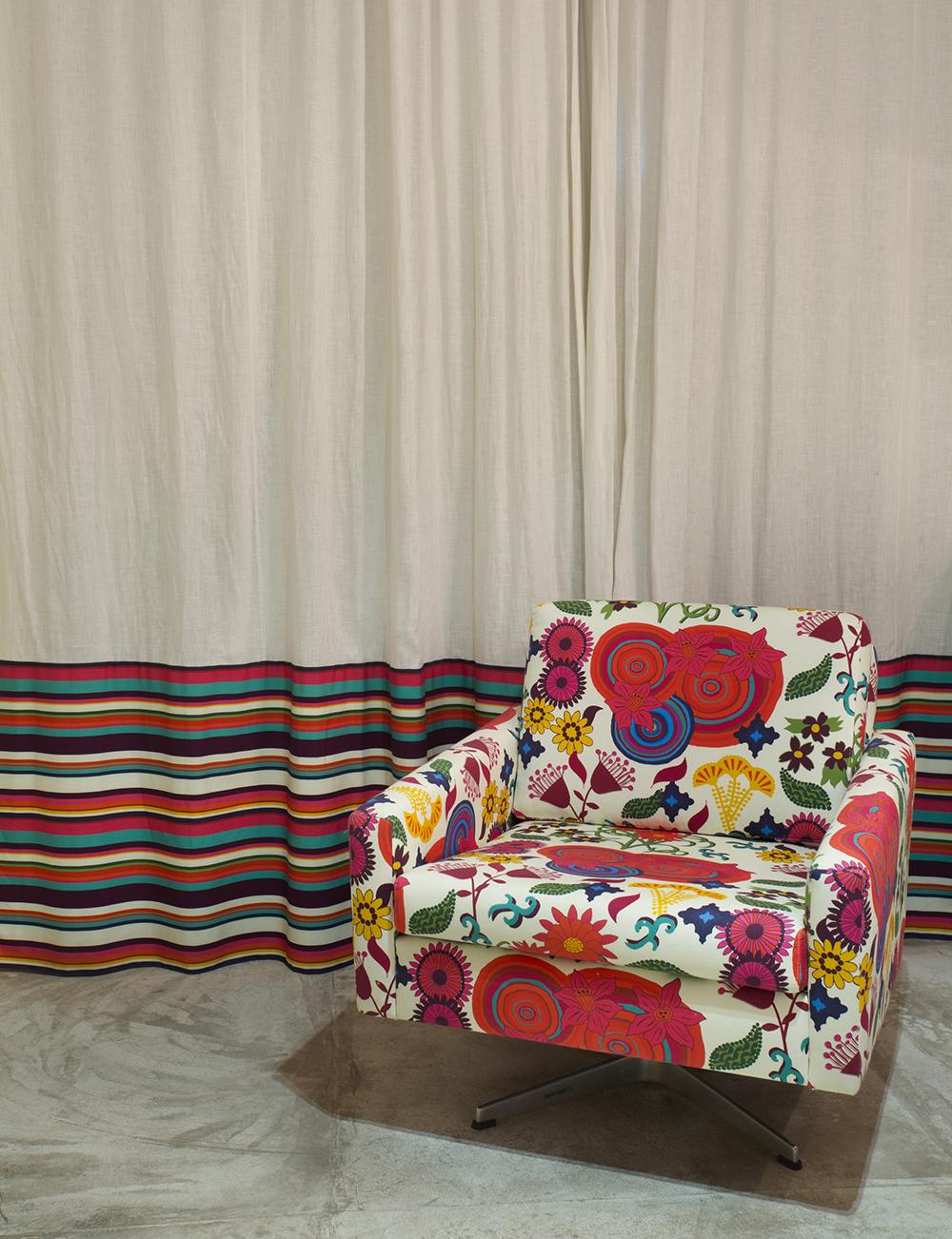 Decoração de: Detalhes; poltrona estampada colorida; Casa de Valentina