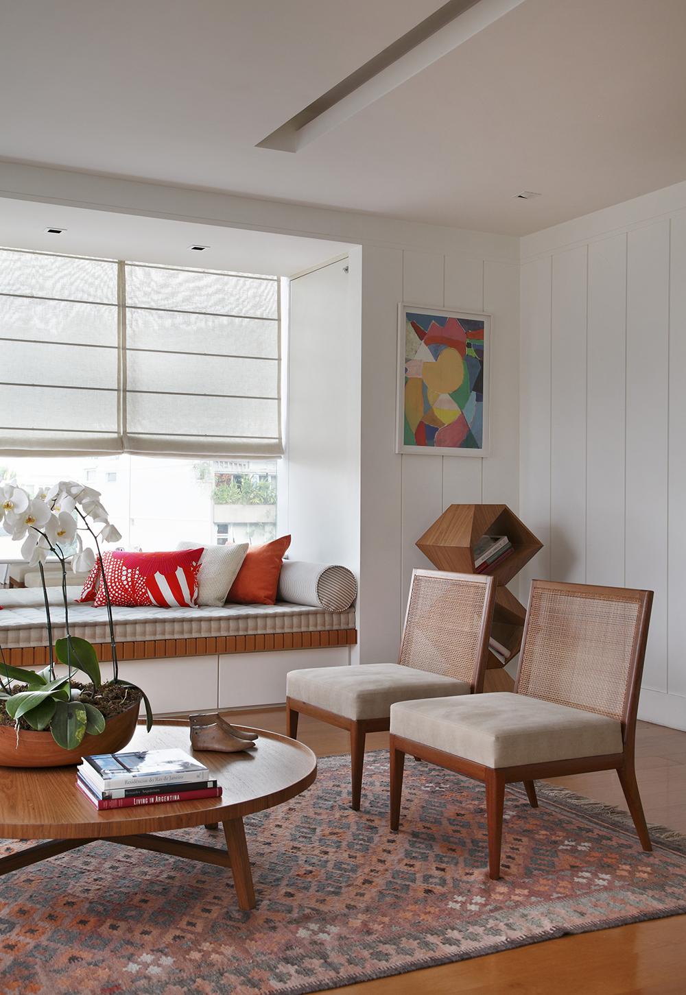 Decoração de: Sala de estar; poltrona estofada com encosto de palhinha; Casa de Valentina