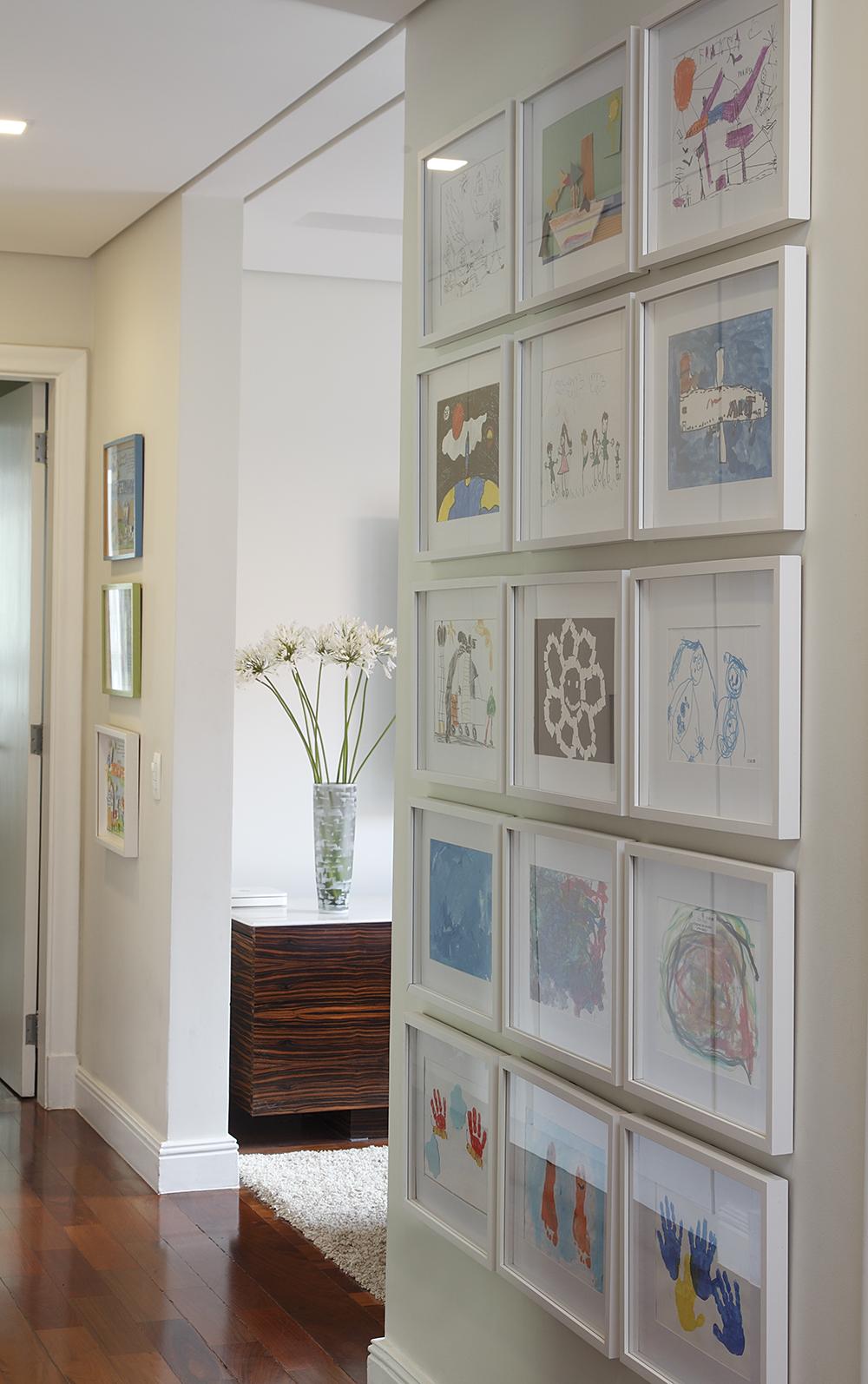 Decoração de: Detalhes; parede com quadros; Casa de Valentina