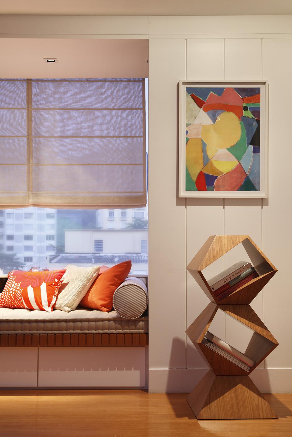 Decoração de: Detalhes; estante em forma geométrica de madeira; Casa de Valentina