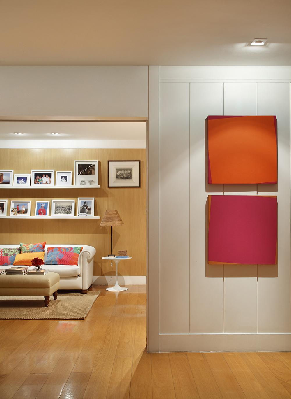 Decoração de: Detalhes; quadros laranjas e rosas; Casa de Valentina