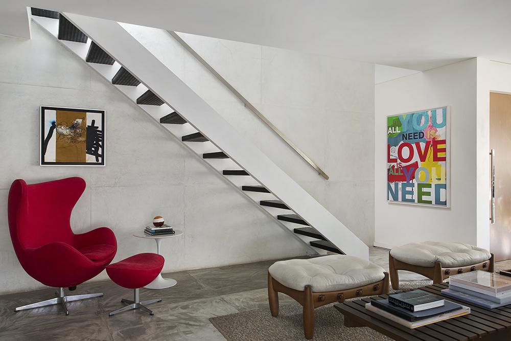 Decoração de: Escada; poltrona Egg Vermelha; Casa de Valentina