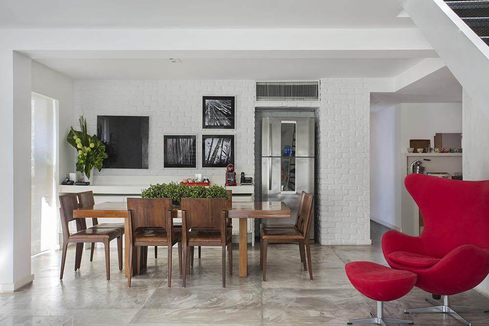 Decoração de: Cozinha integrada; parede de tijolo branco; Casa de Valentina