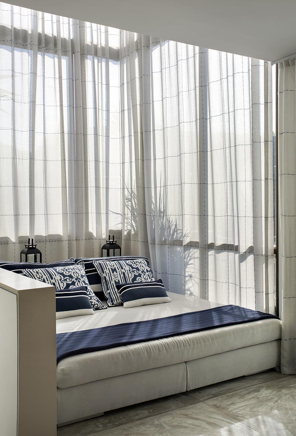Decoração de: Detalhes; almofadas azuis e brancas; Casa de Valentina