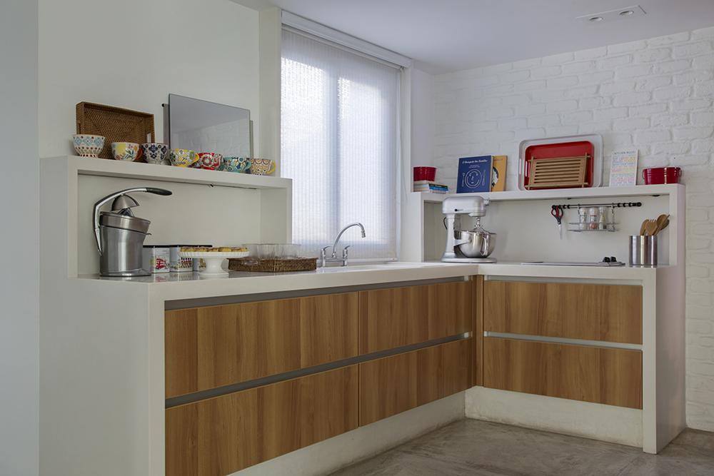 Decoração de: Cozinha integrada; armários com porta de madeira; Casa de Valentina