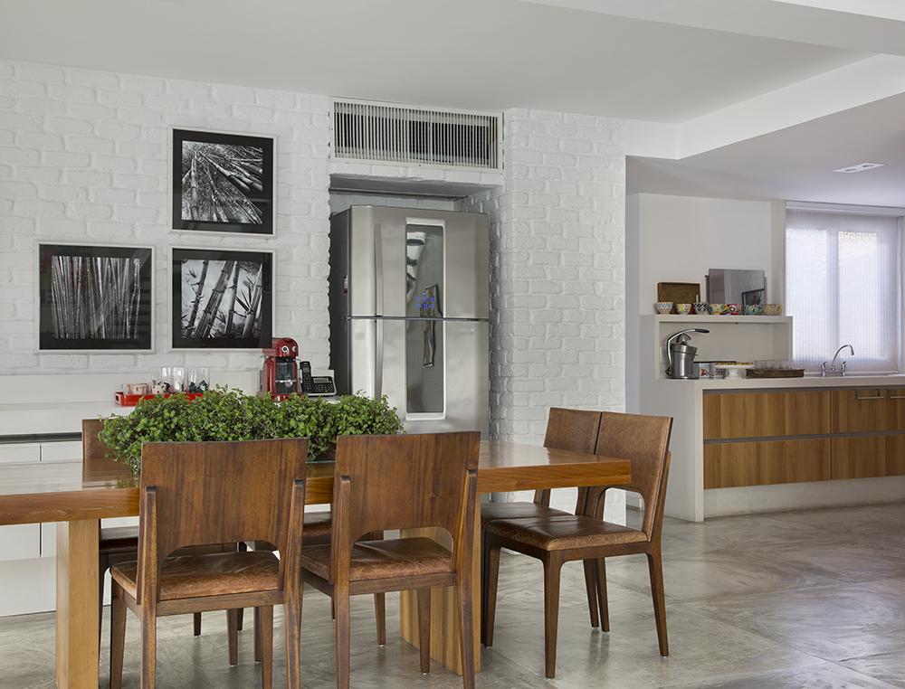 Decoração de: Sala de jantar; cadeira de madeira com assento de couro; Casa de Valentina