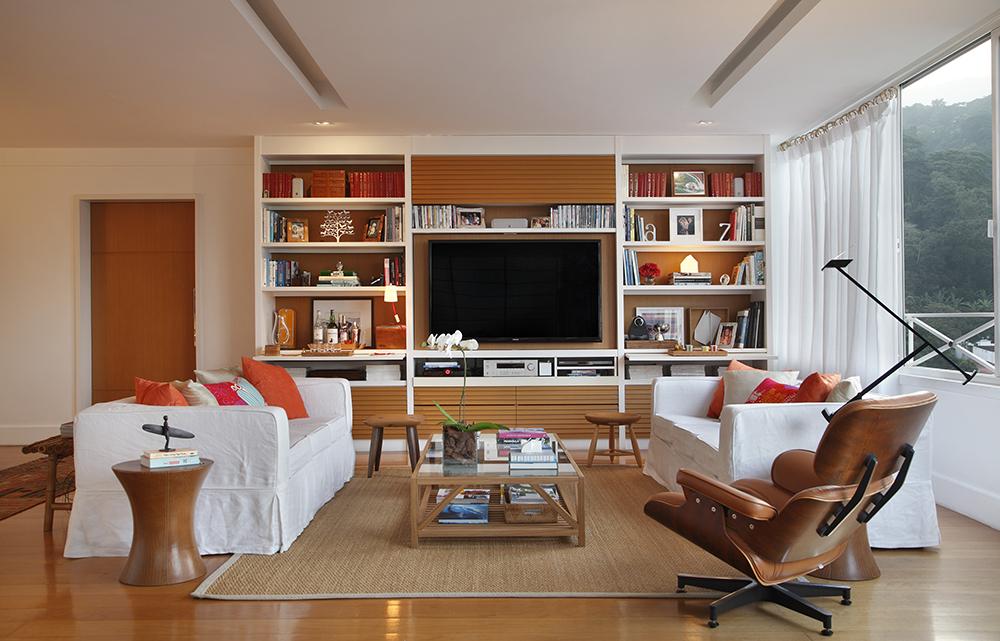 Decoração de: Sala de televisão; poltrona Charles Eames; Casa de Valentina