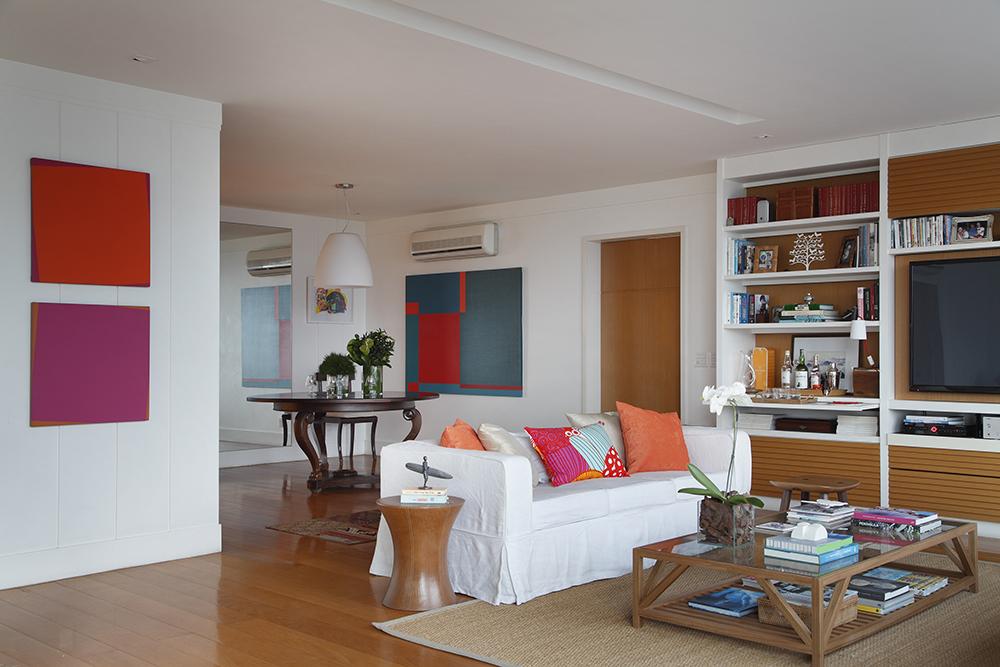 Decoração de: Sala de televisão; capa de sofá branca; Casa de Valentina